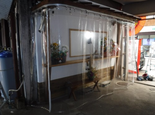 屋内と屋外のカーテン