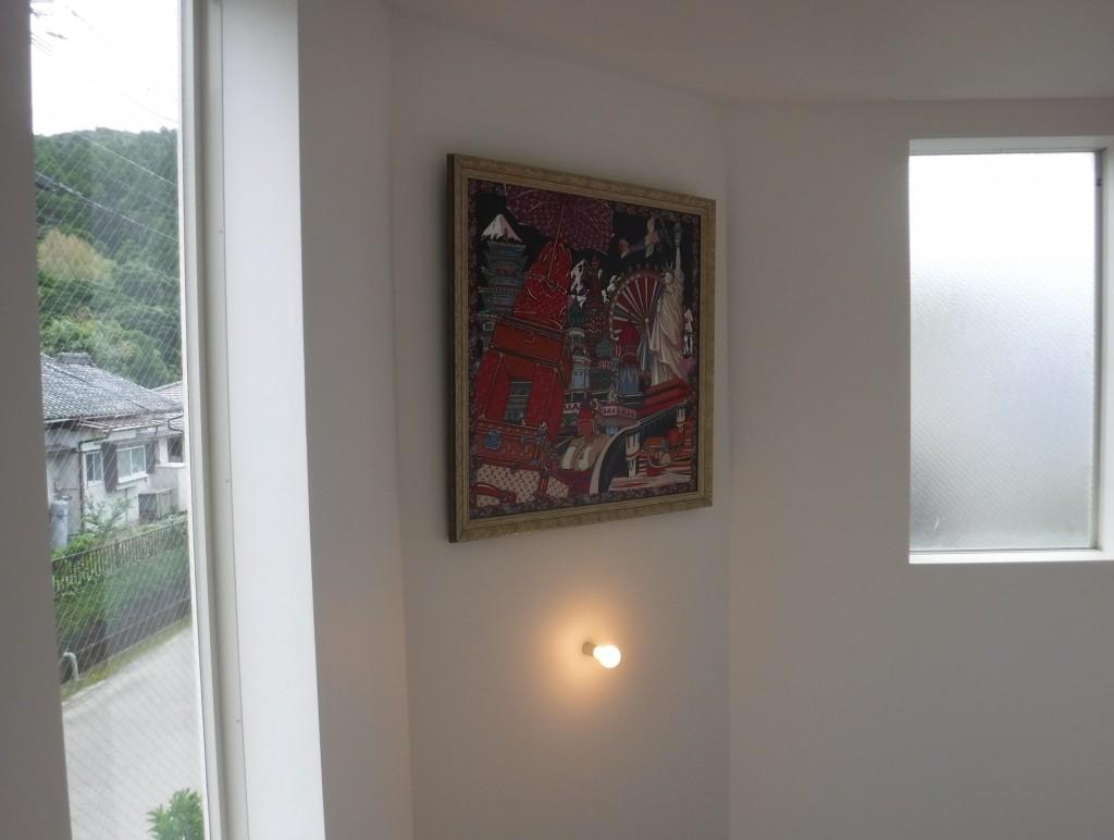 絵画と縦型ブラインド